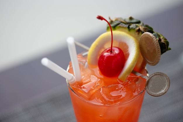 Ein glas mai tai cocktail