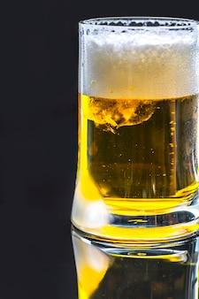 Ein glas makrophotographie des kalten bieres