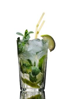 Ein glas mojito cocktail auf weiß isolierte hintergrundstudio