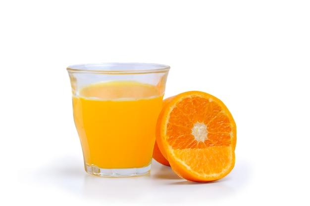 Ein glas orangensaft mit fruchtfleisch und geschnittenen früchten isolieren auf weißem hintergrund