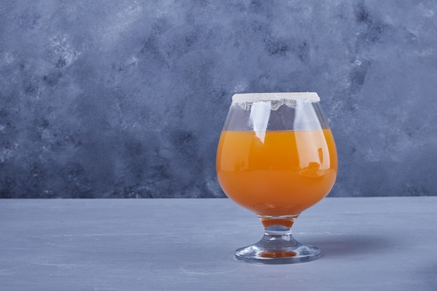 Ein glas orangensaft.