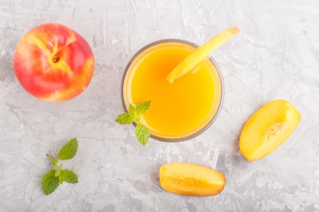 Ein glas pfirsichsaft. ansicht von oben