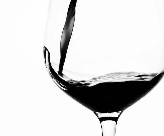 Ein glas rotwein einschenken