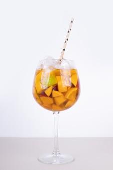 Ein glas saft mit fruchtscheiben.