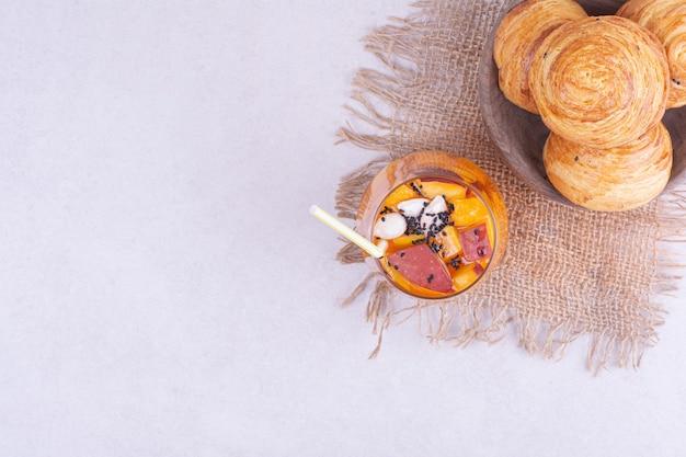 Ein glas saft mit fruchtstücken und kaukasischen gogals