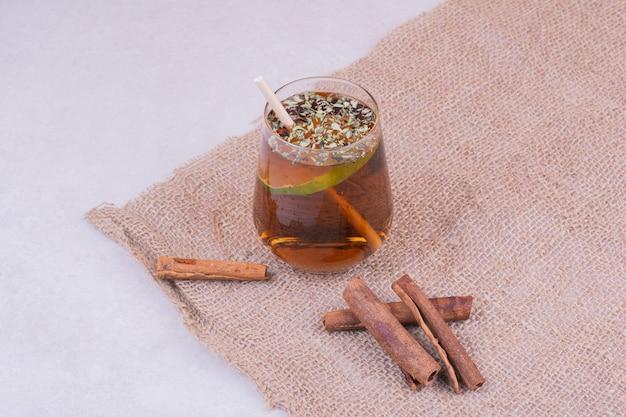 Ein glas saft mit kräutern und gewürzen