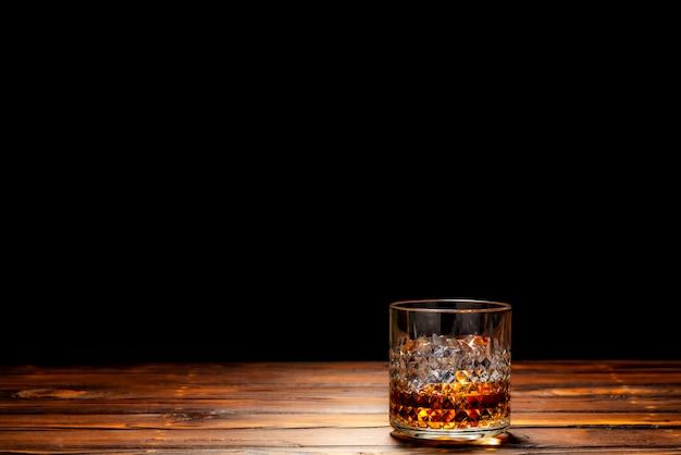 Ein glas scotch whiskey oder whiskey auf dem felsen
