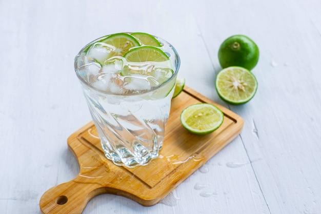 Ein glas soda, zitrone und limette auf dem tisch