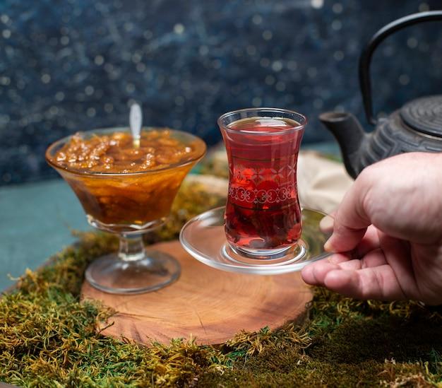 Ein glas tee mit confiture trinken