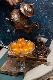 Ein glas tee mit kastanienkonfitüre aufsetzen