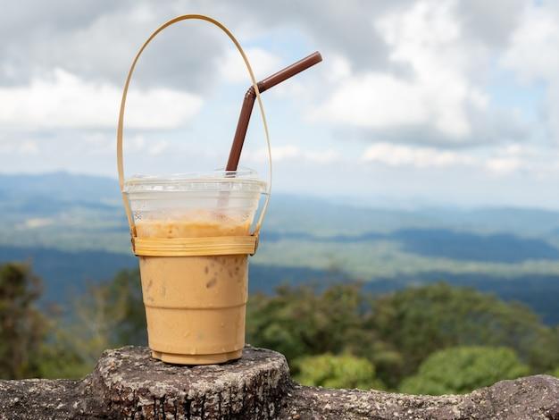 Ein glas thailändischer tee auf einem berg im khao yai nationalpark