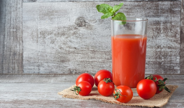 Ein glas tomatensaft