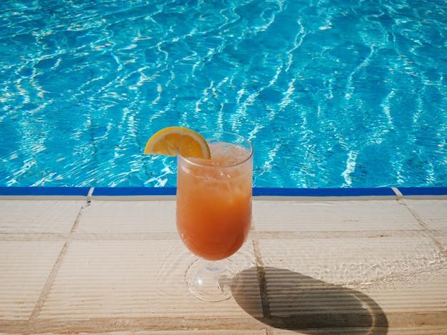 Ein glas traditioneller italienischer aperol spritz cocktail am pool