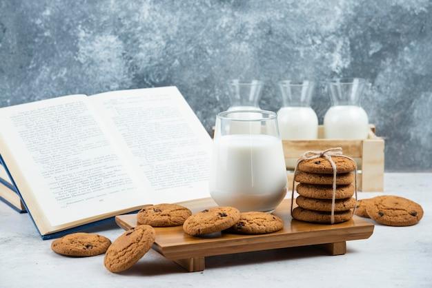 Ein glas und ein glas milch mit leckeren keksen.