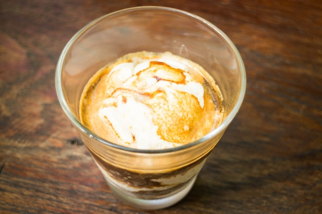 Ein glas vanilleeis affogato kaffee