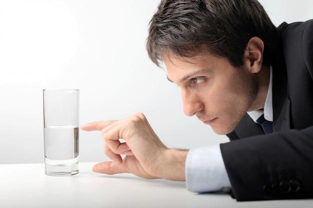 Ein glas wasser abmessen