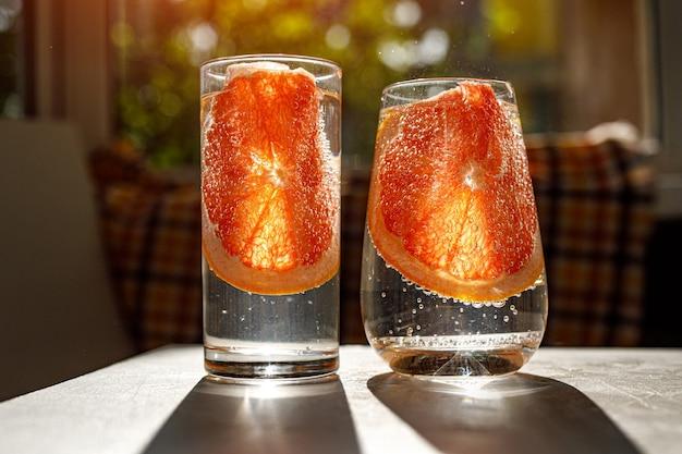 Ein glas wasser mit grapefruit