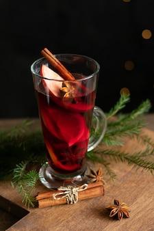 Ein glas weihnachtsglühwein mit gewürzen