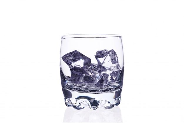 Ein glas whisky mit eiswürfeln auf einem weißen hintergrundisolat.