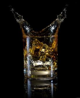 Ein glas whisky und spritzer