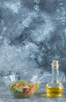 Ein glasteller mit köstlichem gemüsesalat.