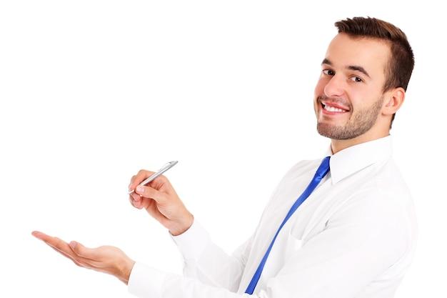 Ein glücklicher geschäftsmann, der etwas auf weißem hintergrund präsentiert