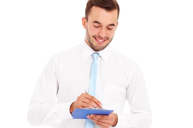 Ein glücklicher geschäftsmann mit dokumenten auf weißem hintergrund