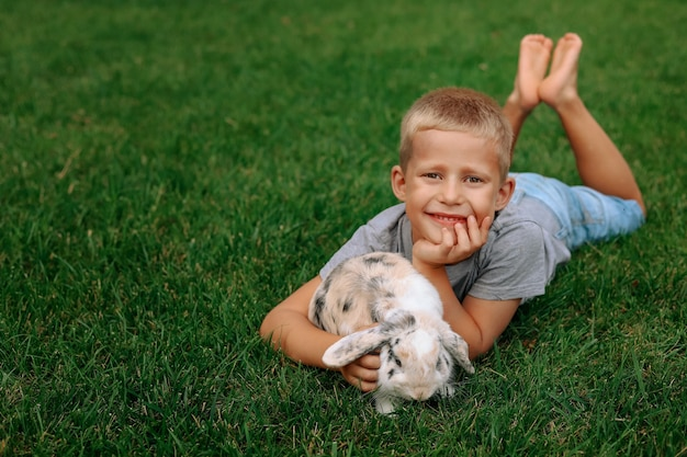 Ein glücklicher junge mit einem hasenohr.