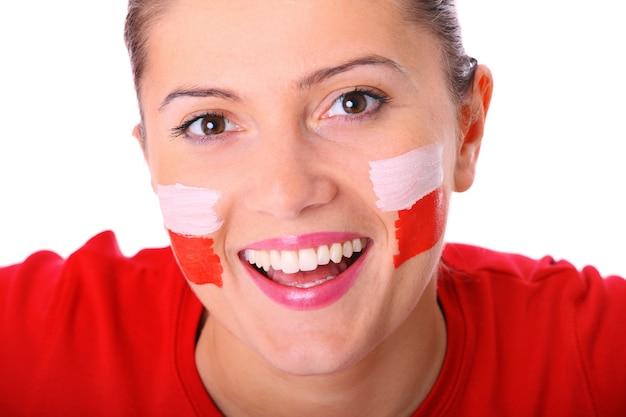 Ein glücklicher polnischer weiblicher fan, der vor weißem hintergrund jubelt