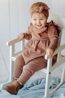 Ein glückliches baby posiert
