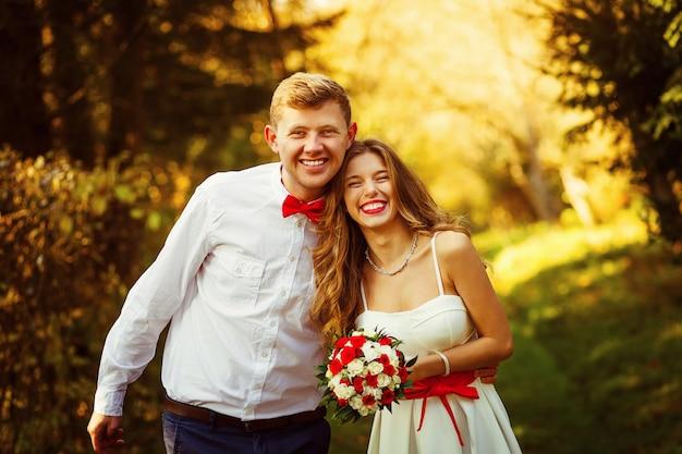 Ein glückliches, junges und attraktives paar