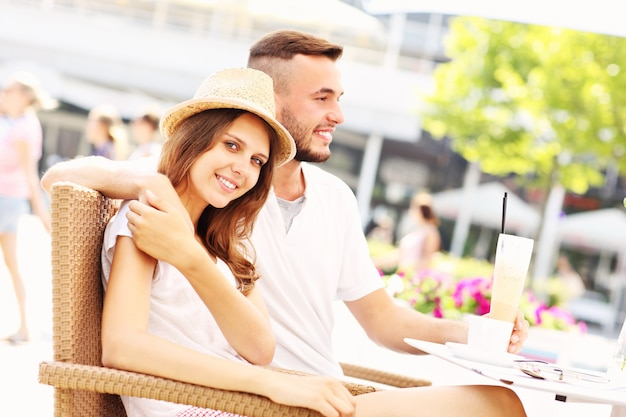 Ein glückliches paar, das kaffee in einem café trinkt