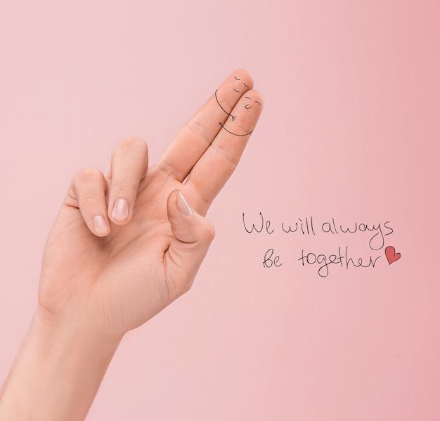 Ein glückliches paar verliebt in bemalte gesichter an den fingern. das glückliche valentinstag-konzept