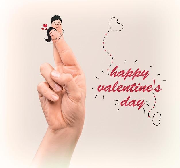 Ein glückliches paar verliebt in ein gemaltes lächeln an den fingern. das glückliche valentinstag-konzept