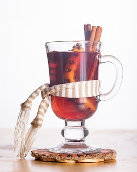 Ein glühwein im glasbecher - wärmendes getränk