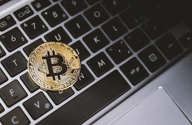 Ein goldener bitcoin auf der tastatur