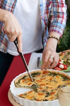 Ein gourmet-mittagessen: spinatkuchen mit käse, salat und wein.