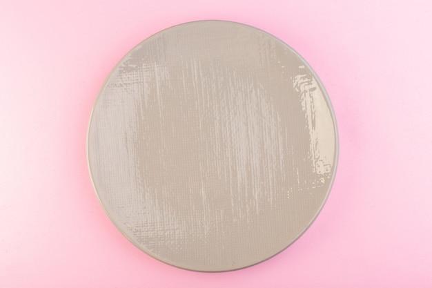 Ein graues leeres tellerglas der draufsicht machte für mahlzeit auf rosa