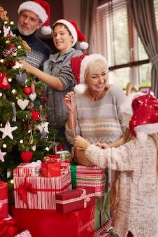 Ein großer spaß beim ankleiden eines weihnachtsbaumes