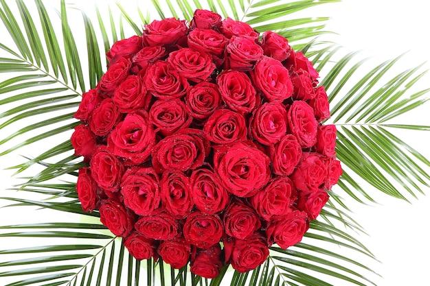Ein großer strauß roter rosen. das isolierte bild auf einem weißen hintergrund.