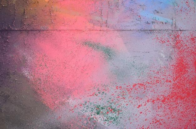 Ein großes fragment des graffitimusters, das mit sprühfarbe auf die wand aufgetragen wurde.