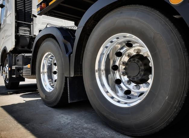Ein großes lkw-rad und reifen eines sattelschleppers. transport von straßengüterwagen.