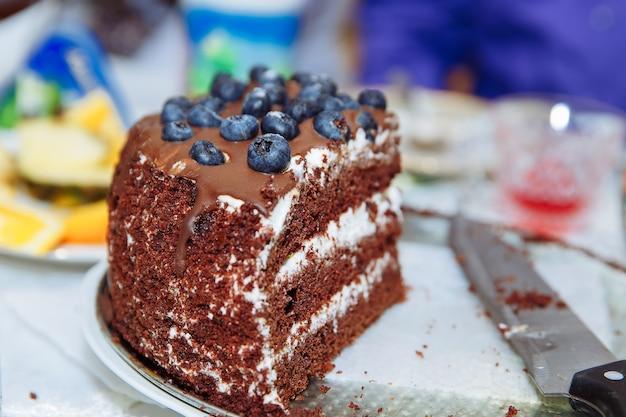 Ein großes stück schokoladenkuchen mit blaubeeren hausgemachte kuchen