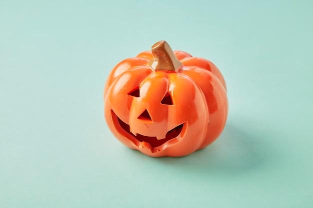 Ein halloween-kürbis auf blauem pastellhintergrund