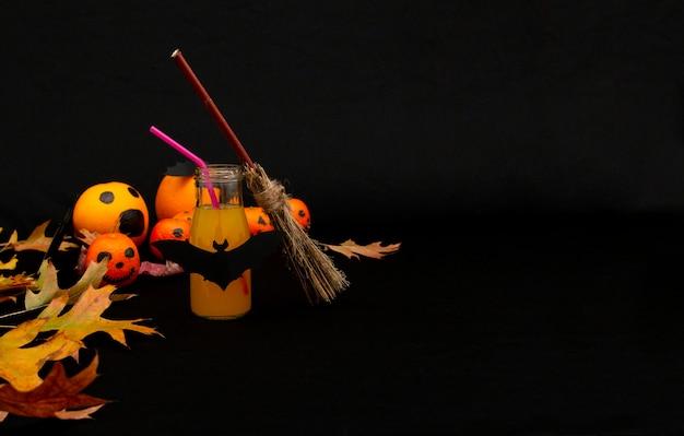 Ein halloween-zitrusorangencocktail mit lustigen mandarinen