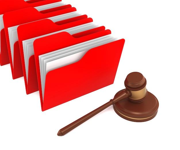 Ein hammer und ein roter ordner repräsentieren juristische dokumente. 3d-rendering