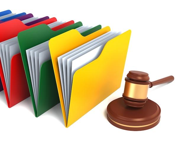 Ein hammer und eine mehrfarbige mappe stellen rechtsdokumente dar. 3d-rendering