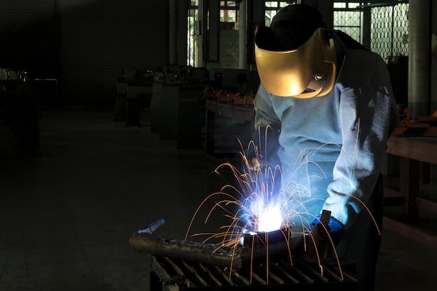 Ein handwerker schweißt mit werkstückstahl