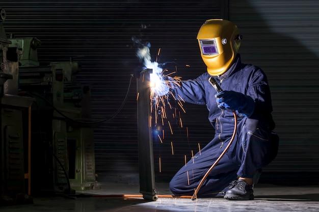 Ein handwerker schweißt mit werkstückstahl.