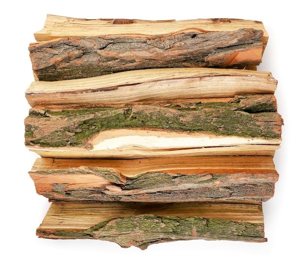 Ein haufen brennholz hautnah auf einem weißen hintergrund, isoliert. ansicht von oben